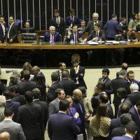O Plenário da Câmara dos Deputados aprovou a quebra do prazo de cinco sessões entre as votações em primeiro turno e em segundo turno para que a PEC da reforma da Previdência (6/19) possa ser votada ainda hoje.