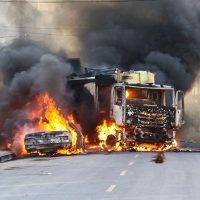 FORTALEZA, CE, BRASIL,  03-01-2019: Camião da Ecofor e veículo particular foram incendiados em comunidade do Conjunto Palmeiras. (Foto: Alex Gomes/O Povo)