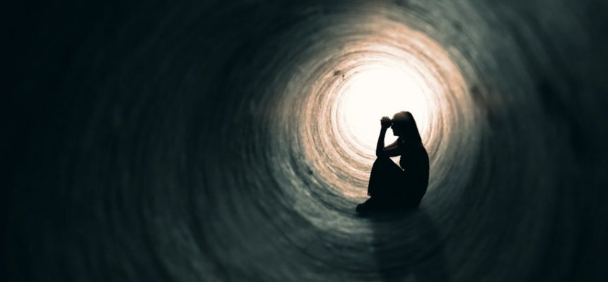 suicidio-menina-dentro-do-tunel-escuro