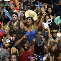 Monobloco arrasta multidão pelo centro do Rio.
