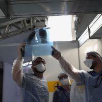 Médicos observam exame de paciente em hospital de campanha em Guarulhos (SP)  12/05/2020 REUTERS/Amanda Perobelli