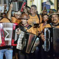Recife - Cícero da Sanfona, 75 anos, conhecido por tocar a sanfona apoiado no topo da cabeça. (Sumaia Villela/Agência Brasil)