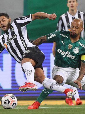 O jogador Felipe Melo, da SE Palmeiras, disputa bola com o jogador Hulk, do C Atlético Mineiro, durante partida válida pelas semifinais, ida, da Copa Libertadores, na arena Allianz Parque. (Foto: Cesar Greco)