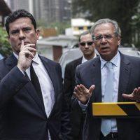 """BRA01. RÍO DE JANEIRO (BRASIL), 01/11/2018.- El juez Sergio Moro (i), responsable por la operación Lava Jato en primera instancia, es visto junto al futuro ministro de la Hacienda de Brasil, Paulo Guedes (d), en Río de Janeiro (Brasil) hoy, jueves 1 de noviembre de 2018, antes de reunirse con el presidente electo, Jair Bolsonaro. Moro afirmó hoy que Brasil necesita implantar una """"agenda anticorrupción"""" y aceptó la invitación del presidente electo, Jair Bolsonaro, para ser ministro de Justicia del Gobierno que asumirá el ultraderechista el próximo 1 de enero. EFE/Antonio Lacerda"""