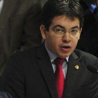 CCJ do Senado se reúne, às 9h, para discutir e votar o parecer sobre qual das duas CPIs propostas para investigar a Petrobras deve ser instalada na Casa. E/D: Senador Randolfe Rodrigues (Antonio Cruz/Agência Brasil)