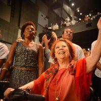 Rio de Janeiro - A cantora Beth Carvalho participa do ato Brasil pela Democracia, no Teatro Casa Grande, contra o processo de impeachment da presidenta Dilma Rousseff (Fernando Frazão/Agência Brasil)