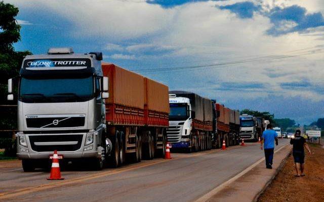 Sinop- MT- Brasil- 26/02/2015- Paralisação de caminhoneiros na cidade de Sinop. Alguns postos de gasolina já estão fechados por falta de combustível, por conta da paralisação da categoria. Foto: Thiago Silva/ Jornal A Folha Sinop