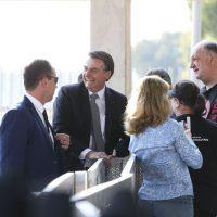 O presidente Jair Bolsonaro, cumprimenta populares  no Palácio da Alvorada