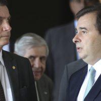 O presidente eleito, Jair Bolsonaro, acompanha o presidente da Câmara dos Deputados, Rodrigo Maia até o carro no CCBB.